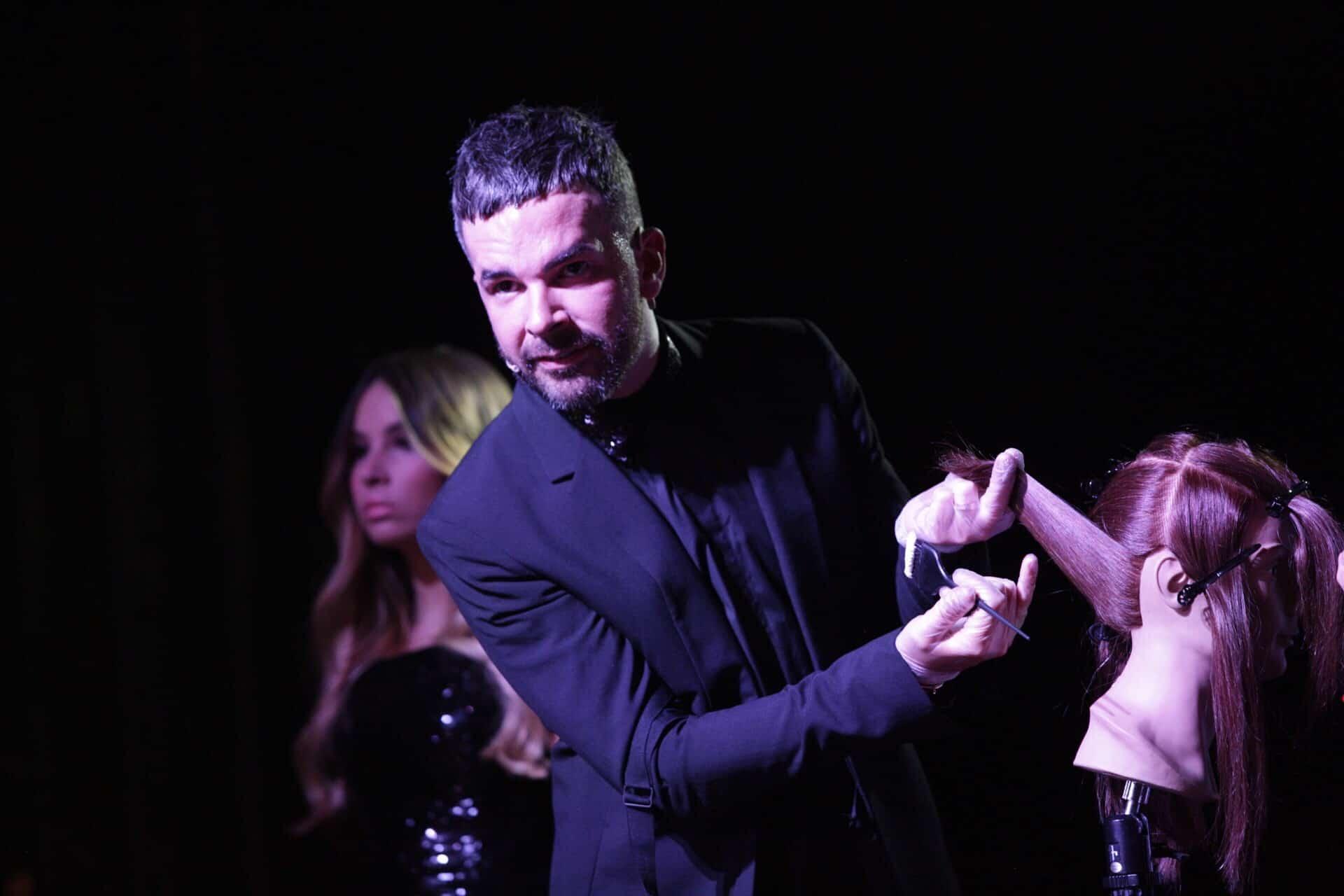 El Redken Artist Internacional Sean Godard durante el show