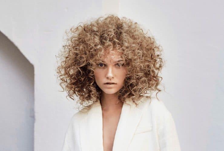 flequillo y pelo rizado